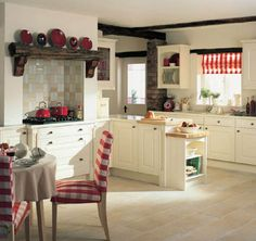 wohnideen landhaus küche rote akzente holz ziegel