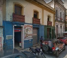 B -  A Rua da Industria ( do Belle Epoque ) virou Rua Gaspar Viana. A Mala Brasileira, não existe mais, mas milagrosamente, o indicativo desta história segue por lá, em azulejos publicitários que nos remetem a outros tempos.  O antigo endereço está indicado. Para quem quiser ver , está próximo ao antigo endereço dos jornais Folha do Norte/O Liberal.