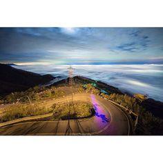 Instagram【chinechou】さんの写真をピンしています。 《雲上電線竿  梅山三十六灣  #台灣 #臺灣 #嘉義 #電線#電線桿#梅山#雲海 #琉璃#琉璃光 #美景 #夜景 #sky #night #view #city #攝影 #拍照 #旅行 #taiwan #travel #風景 #landscape #Photo #canon #6D #11mm #star #星星#canon1124mm #雲海》