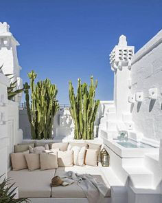 Une maison de rêve blanche - Elle Décoration In Italy, hidden in a village in Puglia, the house of architect Pino Brescia gives us a taste of vacation. Solar architecture, flooded with whiteness Patio Interior, Interior And Exterior, Italian Interior Design, Room Interior, Outdoor Spaces, Outdoor Living, Outdoor Lounge, Beautiful Homes, Beautiful Places