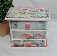 Mini cômoda em mdf com 3 gavetas, com pintura e verniz.  Medidas 9x15cm x 16cm de altura.