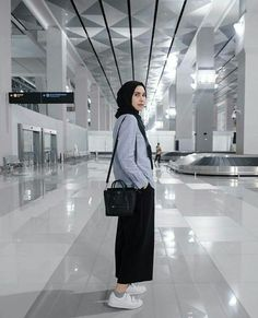 Chic Hijab Airport Outfit Ideas You Can Copy Modern Hijab Fashion, Street Hijab Fashion, Hijab Fashion Inspiration, Muslim Fashion, Modest Fashion, Women's Fashion, Casual Hijab Outfit, Ootd Hijab, Hijab Chic