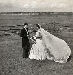 Alguém disse...  Uma foto...1953 Kennedy e Jacqueline Bouvier no dia do casamento, 1953.
