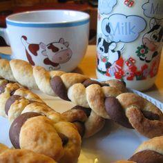 Trecce bicolore da colazione con pasta madre, morbidi dolci a lievitazione naturale da inzuppare nel latte. Ricetta per dei sani biscotti con latte e cacao