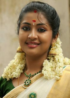 Malayalam Actress Navya Nair Smiling Stills In White Saree Indian Natural Beauty, Indian Beauty Saree, Asian Beauty, Most Beautiful Indian Actress, Beautiful Actresses, Beauty Full Girl, Beauty Women, Beauty Girls, Simplicity Is Beauty
