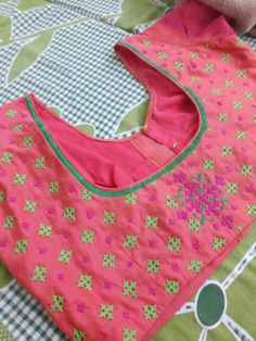 Kutch work blouse New Blouse Designs, Stylish Blouse Design, Saree Blouse Designs, Blouse Patterns, Hand Embroidery Dress, Embroidery On Clothes, Kutch Work Designs, Mirror Work Blouse, Blouse Models