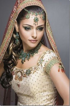 Beautiful typical indian bridal wear, with wedding lehengas or wedding sarees for the indian wedding. Bridal Makeup Tips, Indian Bridal Makeup, Asian Bridal, Wedding Makeup, Bride Makeup, Indian Bride Hair, Wedding Beauty, Moda Indiana, Beauty And Fashion