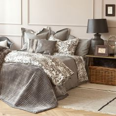 Keep your bedroom up to date with quilts from the new Zara Home collection. Twin, full, queen or king size quilts in patchwork, textured or reversible designs. Zara Home Bedroom, Gray Bedroom, Master Bedroom, Cozy Furniture, Zara Home Collection, King Size Quilt, Stylish Beds, Bedding Websites, Cushions