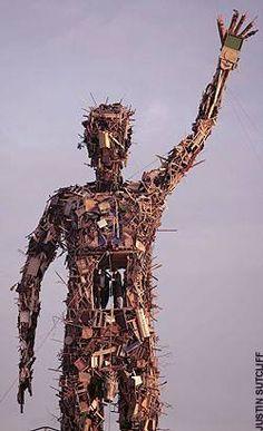Escultura gigante hecha a base de basura.