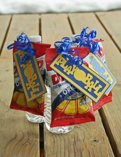Cute to hand out for the first or last game of the season. Softball Goodie Bags, Softball Treats, Baseball Treats, Softball Gifts, Baseball Gifts, Girls Softball, Baseball Season, Baseball Party, Baseball Mom
