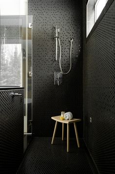 Douche totalement mosaïque  hexagone noire...chez Ramacieri Soligo