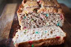 Funfetti Banana Bread - If Funfetti cake mix and banana bread got married, this would be their spawn. I love Funfetti anything. Just Desserts, Delicious Desserts, Dessert Recipes, Breakfast Recipes, Best Banana Bread, Banana Bread Recipes, Good Food, Yummy Food, Thing 1