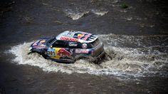 El conductor Nasser Al-Attiyah de Qatar y su copiloto Mathieu Baumel de Francia compiten durante la etapa 11 del Dakar 2015 entre Salta y Termas de Río Hondo, Argentina
