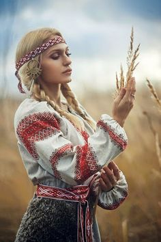Between Boho & High Fashion. Russian Beauty, Russian Fashion, Folk Fashion, Ethnic Fashion, Eslava, Ukraine Women, Ethno Style, Russian Culture, Neue Outfits
