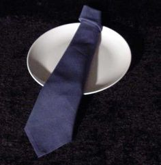 The Neck Tie Napkin Fold. Cute idea for a Father's Day luncheon or dinner or a b. - The Neck Tie Napkin Fold. Cute idea for a Father's Day luncheon or dinner or a bachelor party din - Dinner Table, A Table, Fancy Napkin Folding, Christmas Napkins, Christmas Table Settings, Diy Décoration, Cloth Napkins, Tablescapes, Fathers Day