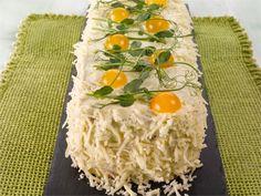 Voileipäkakku kannattaa valmistaa tarjoilua edeltävänä päivänä koristelua vaille valmiiksi ja säilyttää jääkaapissa. Näin maut tasoittuvat ja voileipäkakku on tarjoilupäivänä kostean mehevä. Sandwich Cake, Sandwiches, Grains, Rice, Cooking, Sweet, Entertainment, Deli Sandwiches, Cook