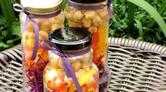 Salada de grão de bico com legumes servida no vidro