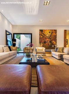 No living, abaixo e ao lado, o décor foi escolhido de forma a compor novos mobiliários com o acervo pessoal dos moradores