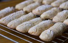Savoiardi sardi o pistoccus - Ecco la ricetta per preparare i savoiardi sardi o pistoccus, biscotti leggermente diversi dai classici savoiardi, essendo più grandi e un po' più duri.