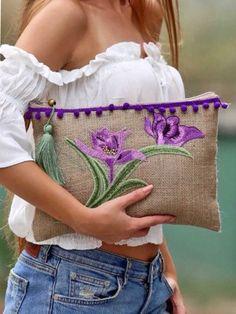 Comenzamos con los cursos-taller: Aprende hacer carteras sobre bordadas paso a paso Diy Clutch, Clutch Bag, Embroidery Bags, Embroidery Designs, Pochette Diy, Diy Sac, Sweet Bags, Boho Bags, Jute Bags