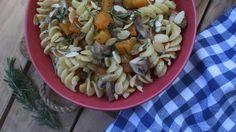Fusilli com abóbora e cogumelos Fusilli, Pasta Salad, Lunch, Ethnic Recipes, Food, The Dinner, Mushrooms, Ethnic Food, Crab Pasta Salad