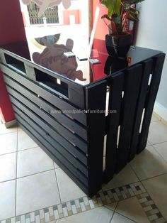 Recycled Pallets Ideas Recycled pallet reception desk - so to save your precious money we introduce you with this DIY pallet made reception desk which is a rival to the market found reception desk in its modern Pallet Home Decor, Wood Pallet Furniture, Wood Desk, Diy Pallet Projects, Diy Furniture, Woodworking Projects, Pallet Ideas, Outdoor Furniture, Outdoor Decor