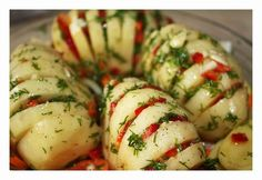 Pieczone nacinane ziemniaki z boczkiem i papryką