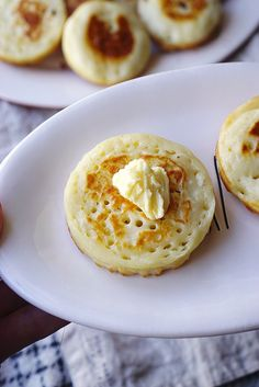 Homemade Gluten Free Crumpets - Kimi Eats Gluten Free - - How to make your own gluten free crumpets from scratch; an incredibly simple, basic and delicious British classic. Patisserie Sans Gluten, Dessert Sans Gluten, Bon Dessert, Lactose Free Recipes, Fodmap Recipes, Gluten Free Cooking, Gluten Free Crumpets Recipe, Gf Recipes, Gluten Free Breads