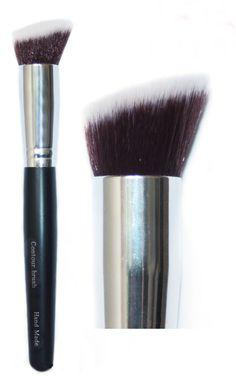 Δημιουργήστε γωνίες στο πρόσωπό σας και εφαρμόστε την τεχνική του contouring, με τοLaval Handmade Contour Brush! Είναι χειροποίητο, duo fiber πινέλο με πυκνή και μαλακή τρίχα, που θα σας βοηθήσει να αναδείξετε συγκεκριμένα σημεία στο μακιγιάζ σας. Διαθέτει μεγάλη και εύχρηστη λαβή. Contour Brush, Powder Foundation, Bronzer, Makeup Brushes, Makeup Inspiration, Handmade, Beauty, Tips, Hand Made