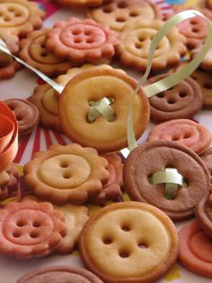 Cake ideas 418201515381158814 - sablés boutons Plus Source by laurencesurenau Desserts With Biscuits, Köstliche Desserts, Cookies Et Biscuits, Sugar Cookies, Delicious Desserts, Yummy Food, Baking Recipes, Cookie Recipes, Button Cookies