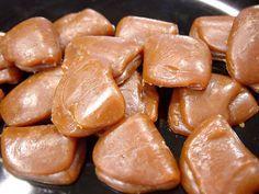 Hjemmelavede flødekarameller - fudge - karamelsovs til is