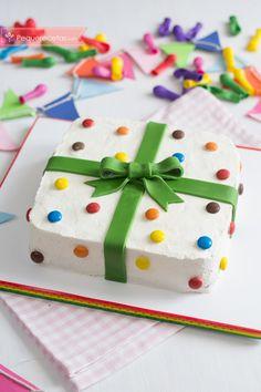 Aprende a hacer paso a paso una tarta de cumpleaños muy fácil y decorada con fondant y lacasitos. Una preciosa tarta de cumpleaños con forma de regalo.
