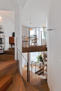 この家で一番高いレベルにあるダイニングの手前がキッチン。下(2階)の奥に見えるのがリビング。