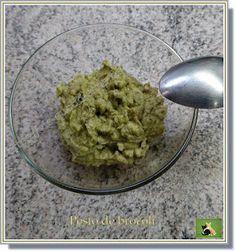 Pesto de brocoli avec du basilic et du parmesan sur des linguines