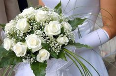 Are you wondering the best beach wedding flowers to celebrate your union? Here are some of the best ideas for beach wedding flowers you should consider. Rose - You can't go wrong with a rose. White Rose Bouquet, White Roses Wedding, Rose Bridal Bouquet, Silk Wedding Bouquets, Blush Wedding Flowers, Rustic Wedding Flowers, Bridal Flowers, Rose Wedding, White Flowers