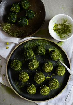 I created two vegan recipes for Veganz: a summer smoothie bowl with wheatgrass powder and matcha bliss balls with cashews and hemp protein. Yum!