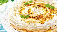 Sitruunainen marenkikakku | Klassisen suklaakakun vastapainoksi sopii keväinen marenkikakku. Candy Cookies, Pavlova, Hummus, Tasty, Baking, Cake, Ethnic Recipes, Desserts, Food Ideas
