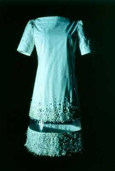 Abito cotone in bianco con sovrapposizione in plastica, INTARSIO trasparente tra due Bordi ricamati in crystallo. 1966, Sydney.