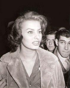 Efemérides de Madrid. 28 de febrero. Fotografía de Campua a Sofia Loren en Barajas en febrero de 1956. (Vía Campua Fotografo)