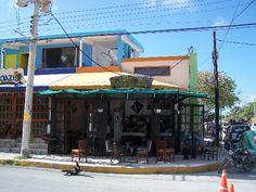 Le Cafe D'Amancia  Rivuera Maya coffee bar - town square Pto Morelos watch the girls - Le Cafe D'Amancia Rivuera bar café Maya - Plaza de la ciudad Pto Morelos ver a las chicas