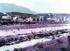 El Río Santa Catarina, cerca de Gonzalitos.  5 mil estudiantes hacen una tabla gimnástica. Foto tomada en el sexenio de Alfonso Martínez (1979-1985).
