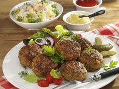 Buletten mit Kartoffelsalat, Ketchup und Senf ist ein Rezept mit frischen Zutaten aus der Kategorie Kartoffelsalat. Probieren Sie dieses und weitere Rezepte von EAT SMARTER!