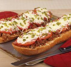 PIZZA BISNADA Para uma pizza minuto, pense na pizza bisnaga. Basta cortar a bisnaga de pão francês em duas, no sentido do comprimento para fazer duas fatias XXL. Colocamos sobre cada fatia, um pouco de leite para não ressecar o pão, 3 colheres (de sopa) de molho bolonhesa do comércio, algumas rodelas de tomates e muçarela, uma cebola cortada finamente e cobrimos tudo. Levamos ao forno por 20 minutos a 180° C. Fácil, rápida e principalmente perfeita para quando se está apressado.