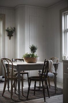 Here's Why Clear Dining Chairs Are A Trend For Small Spaces Clear Dining Chairs, Vintage Dining Chairs, Dining Room Chairs, Vintage Interior Design, Vintage Home Decor, Bedroom Vintage, Vintage Style, Dining Room Inspiration, Interior Exterior