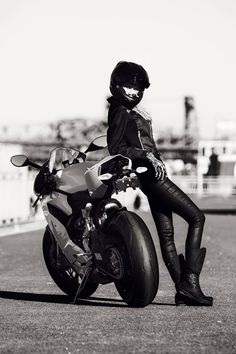 bikerbabe in black leather leaning on her streetbike