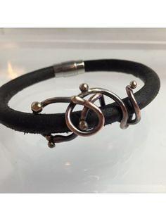 Armbånd af kraftig læder med unika kobber snoninger påsat bronzekugler