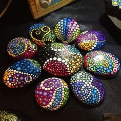 In her project called Mandala Stones, Australian artist Elspeth McLean gathers gorgeous seaside rocks and employs them as her canvas to make extremely vibrant and detailed artworks. Mandala Painting, Pebble Painting, Dot Painting, Pebble Art, Stone Painting, Pencil Painting, Bee Crafts, Rock Crafts, Arts And Crafts