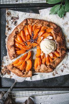 Aprikosengalette mit Vanilleeis