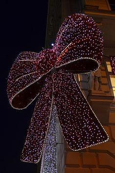 En güzel dekorasyon paylaşımları için Kadinika.com #kadinika #dekorasyon #decoration #woman #women Christmassy Bow [Vienna - 10 December 2016]