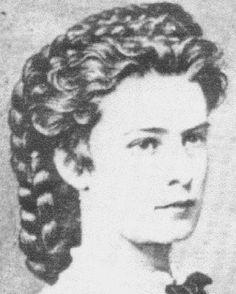 """La coiffure d'Elisabeth - Une tresse en couronne que la tête qui lui faisait dire """"qu'elle portait sa couronne en cheveux !""""  Victoria et Elizabeth"""